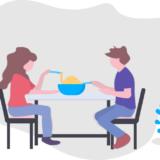 初デートで食事をする男女